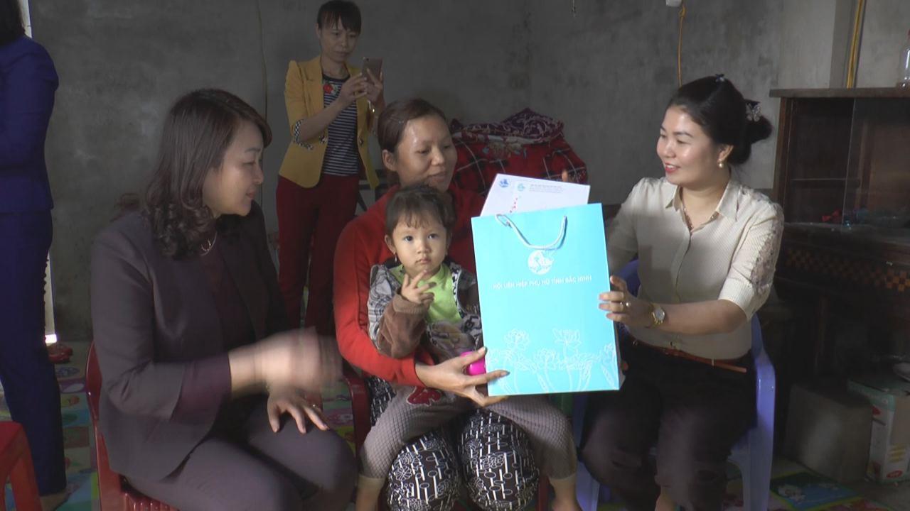 Hội LHPN tỉnh thăm, tặng quà Tết cho gia đình chính sách, phụ nữ nghèo và trẻ em khó khăn