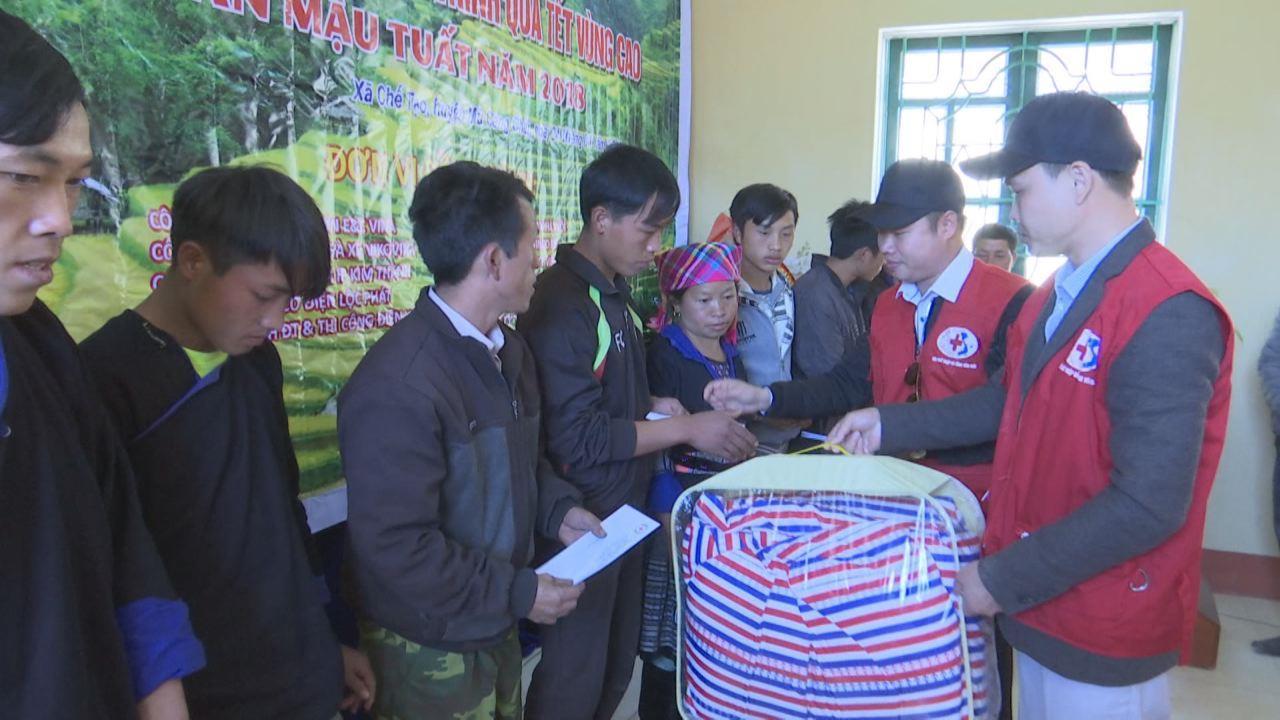 Hội Chữ thập đỏ tỉnh tặng quà đồng bào miền núi Tây Bắc