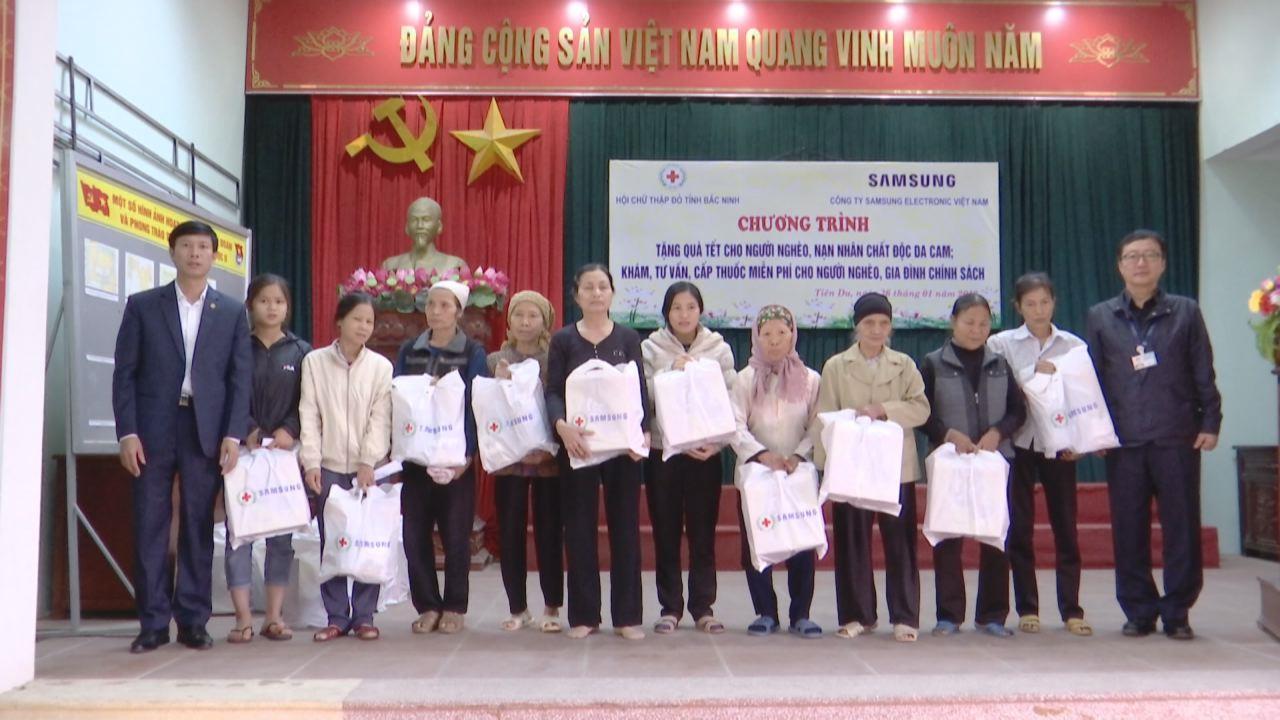 Hội Chữ thập đỏ tặng quà Tết cho người nghèo tại Tiên Du