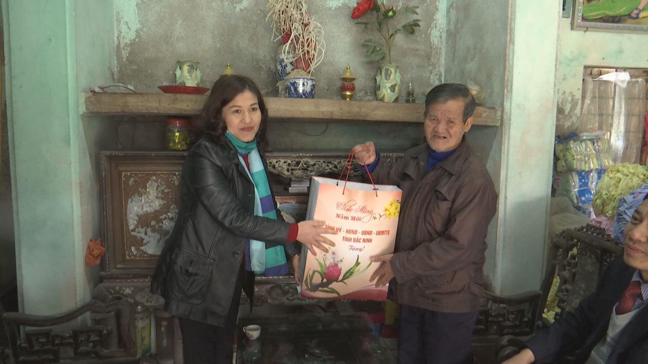 Các đồng chí lãnh đạo tỉnh thăm hỏi, tặng quà Tết ở các địa phương