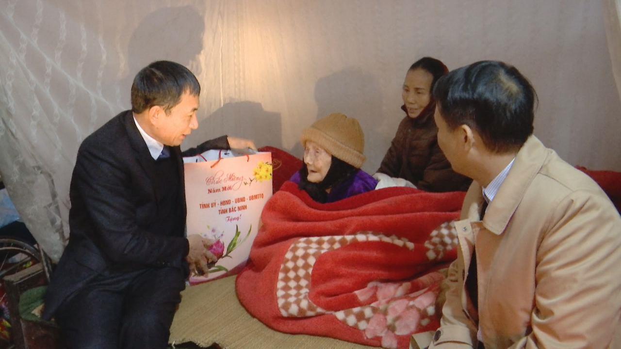 Đồng chí Nguyễn Văn Phong, Phó Chủ tịch UBND tỉnh tặng quà Tết tại Quế Võ