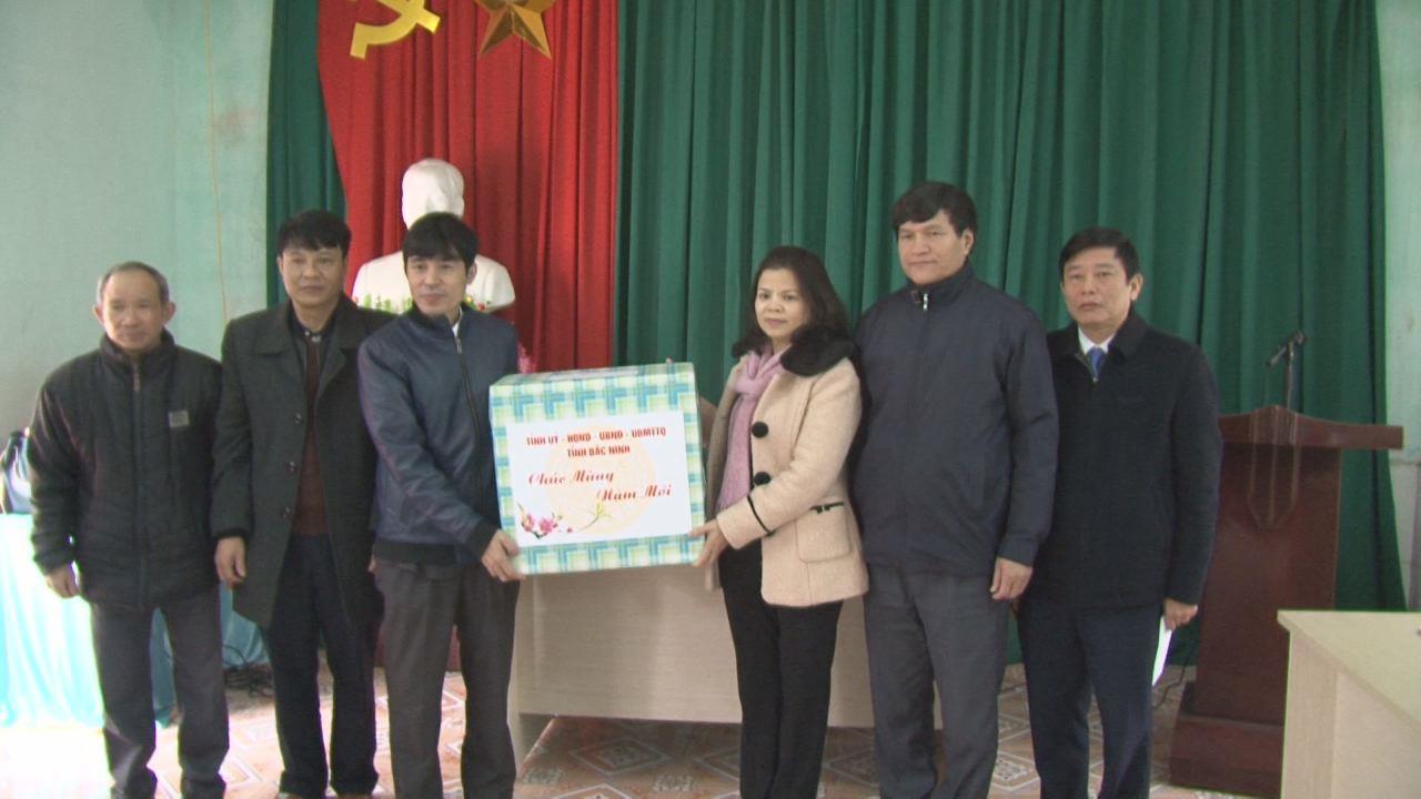 Đồng chí Nguyễn Hương Giang tặng quà Tết tại Thuận Thành