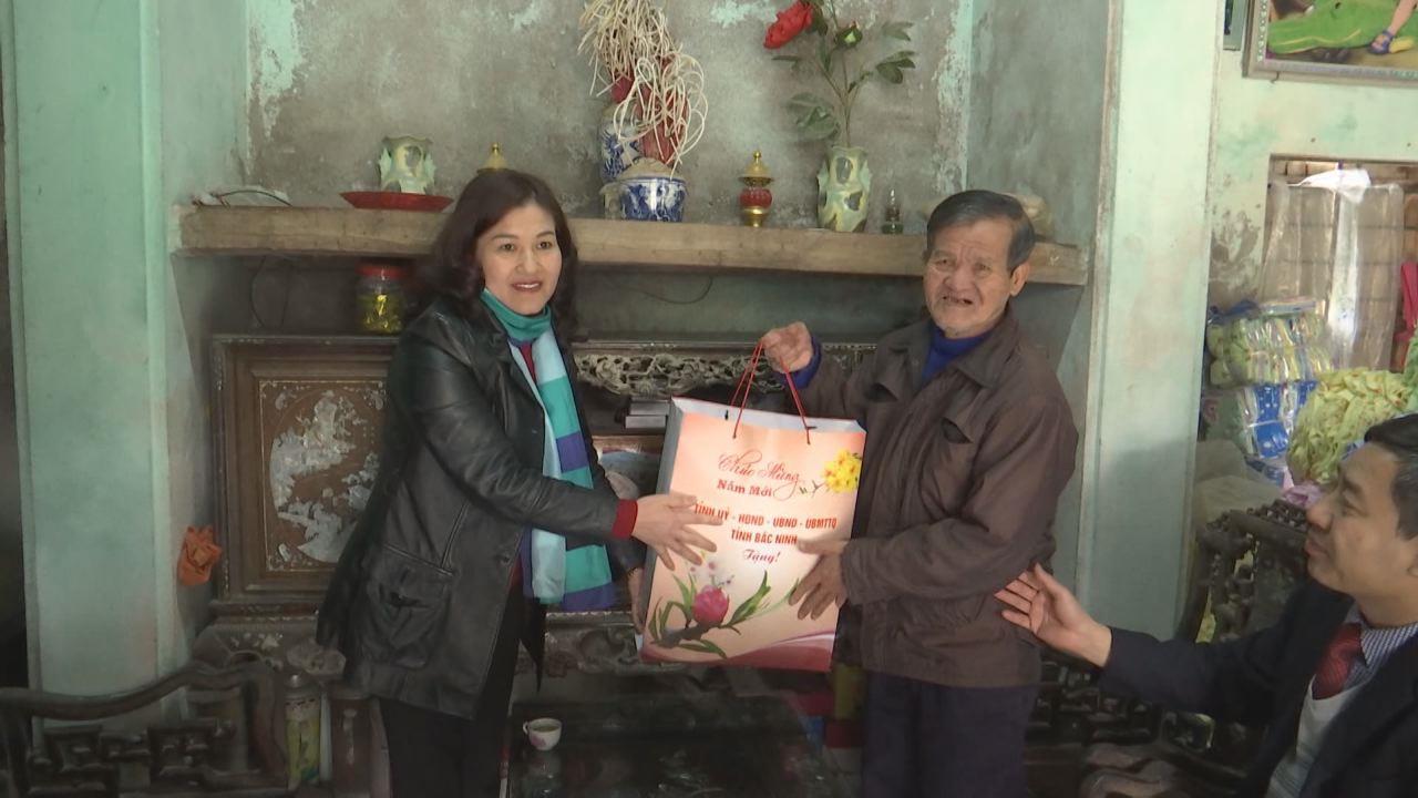 Đồng chí Nguyễn Thị Hà tặng quà Tết tại thị xã Từ Sơn