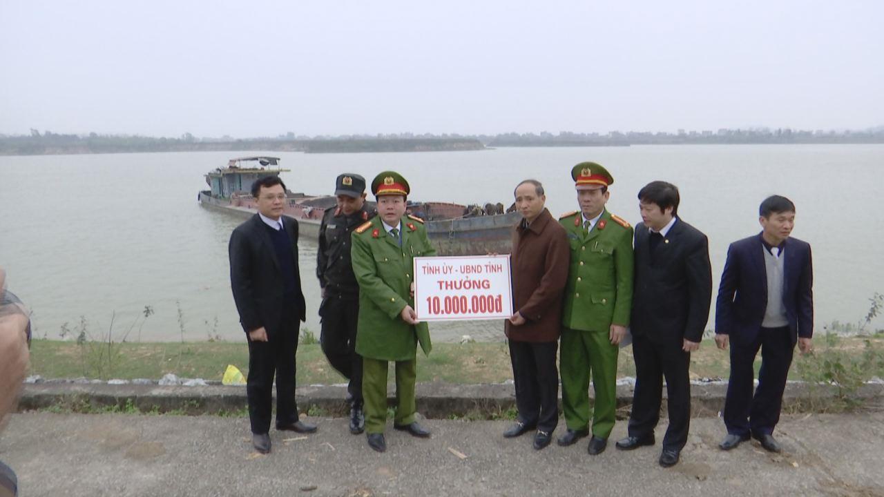 """Lãnh đạo UBND tỉnh thưởng """"nóng"""" cho các đơn vị bắt giữ tầu khai thác cát trái phép"""