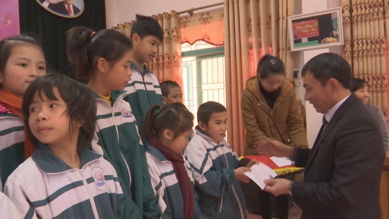 Đồng chí Nguyễn Văn Phong Phó Chủ tịch UBND tỉnh tặng quà Tết tại trung tâm NDNCC và bảo trợ xã hội