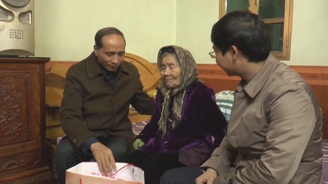 Đồng chí Nguyễn Hữu Thành Ủy viên BTV, Phó Chủ tịch UBND tỉnh tặng quà Tết tại huyện Tiên Du
