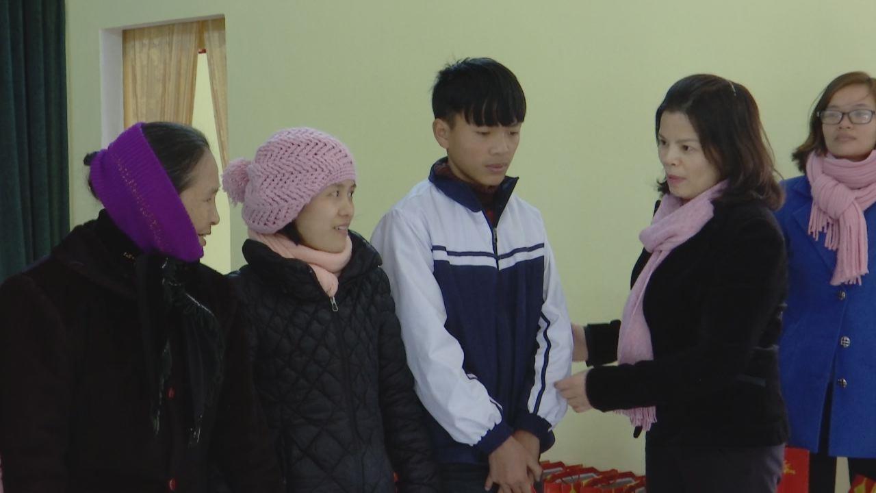 Chủ tịch HĐND tỉnh Nguyễn Hương Giang tặng quà Tết tại huyện Quế Võ