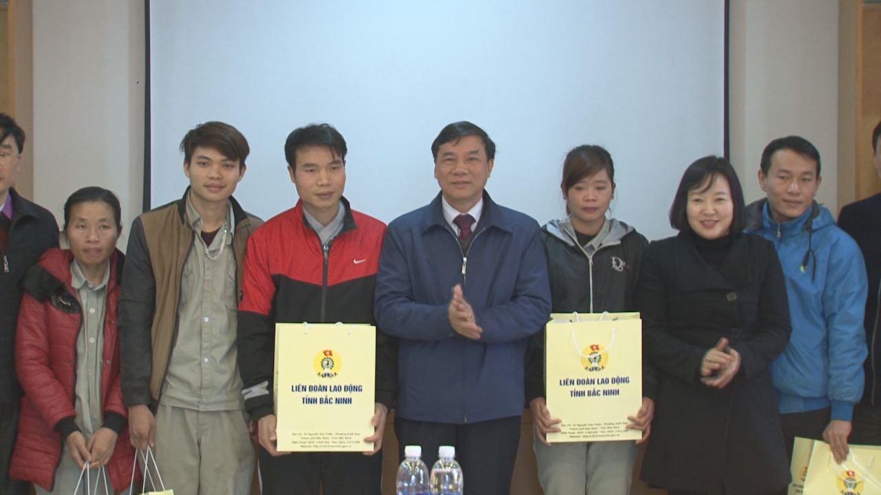 Phó Bí thư Thường trực Tỉnh ủy Nguyễn Hữu Quất tặng quà Tết tại huyện Yên Phong