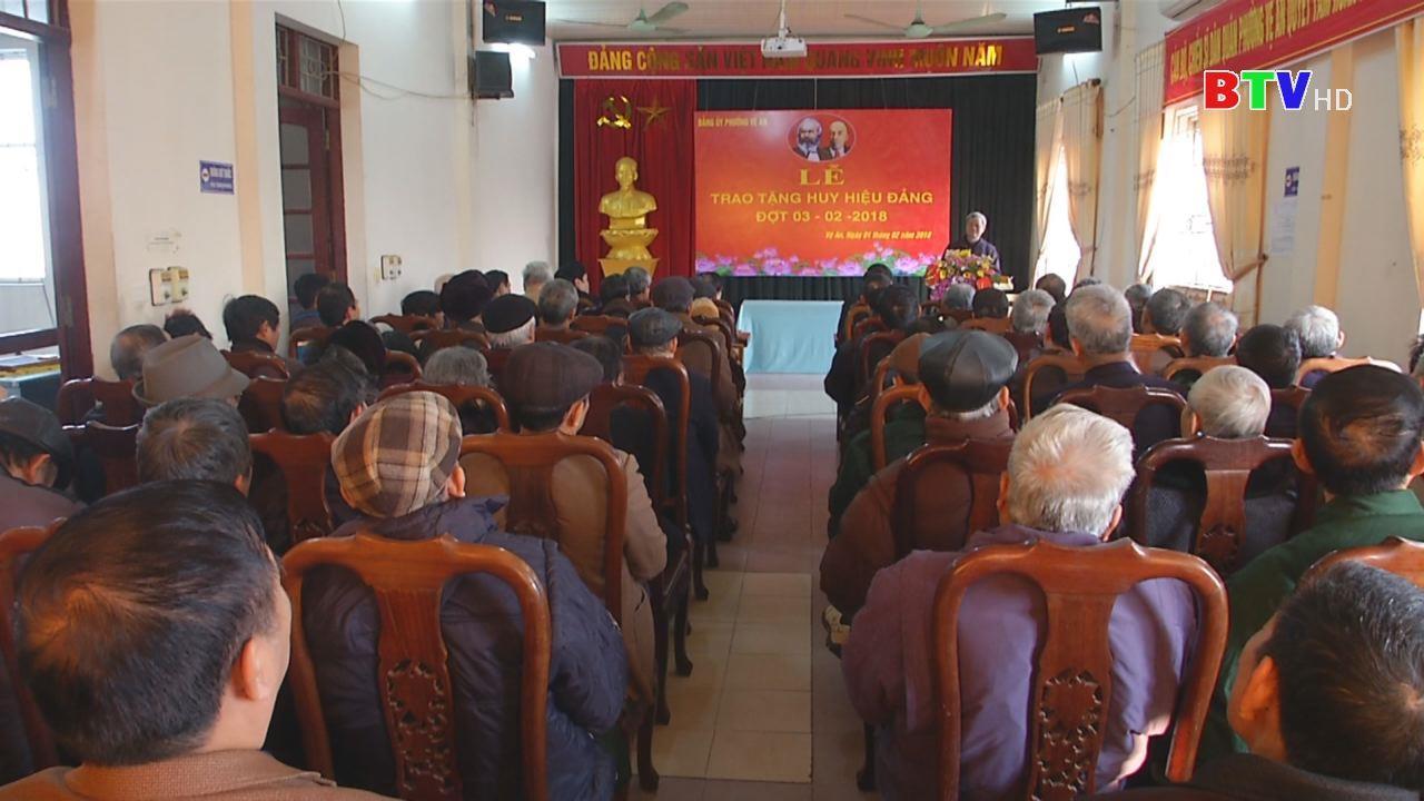 Đồng chí Nguyễn Tử Quỳnh trao tặng Huy hiệu Đảng và tặng quà Tết  tại thành phố Bắc Ninh