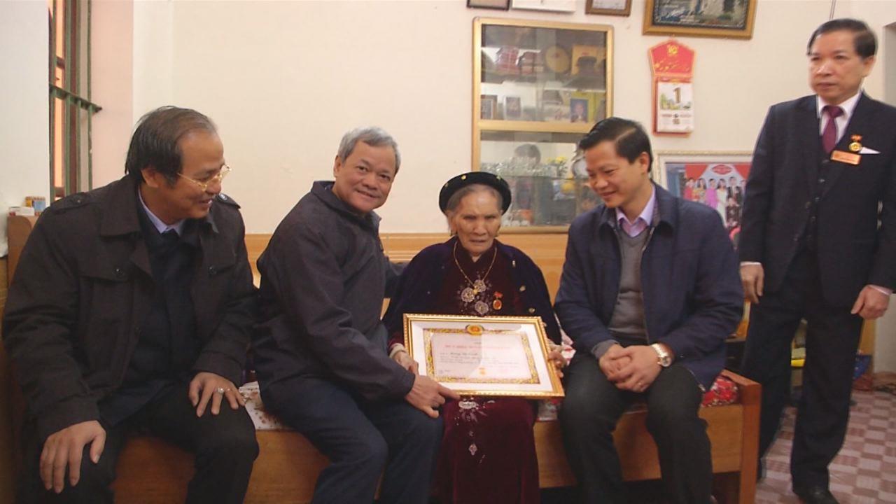 Chủ tịch UBND tỉnh Nguyễn Tử Quỳnh trao tặng Huy hiệu Đảng tại thành phố Bắc Ninh