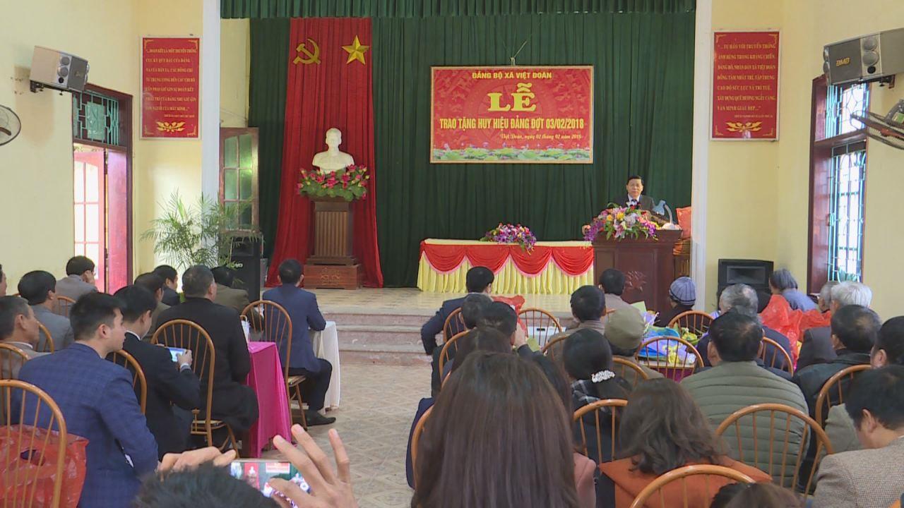 Bí thư Tỉnh ủy trao Huy hiệu Đảng tại xã Việt Đoàn, huyện Tiên Du