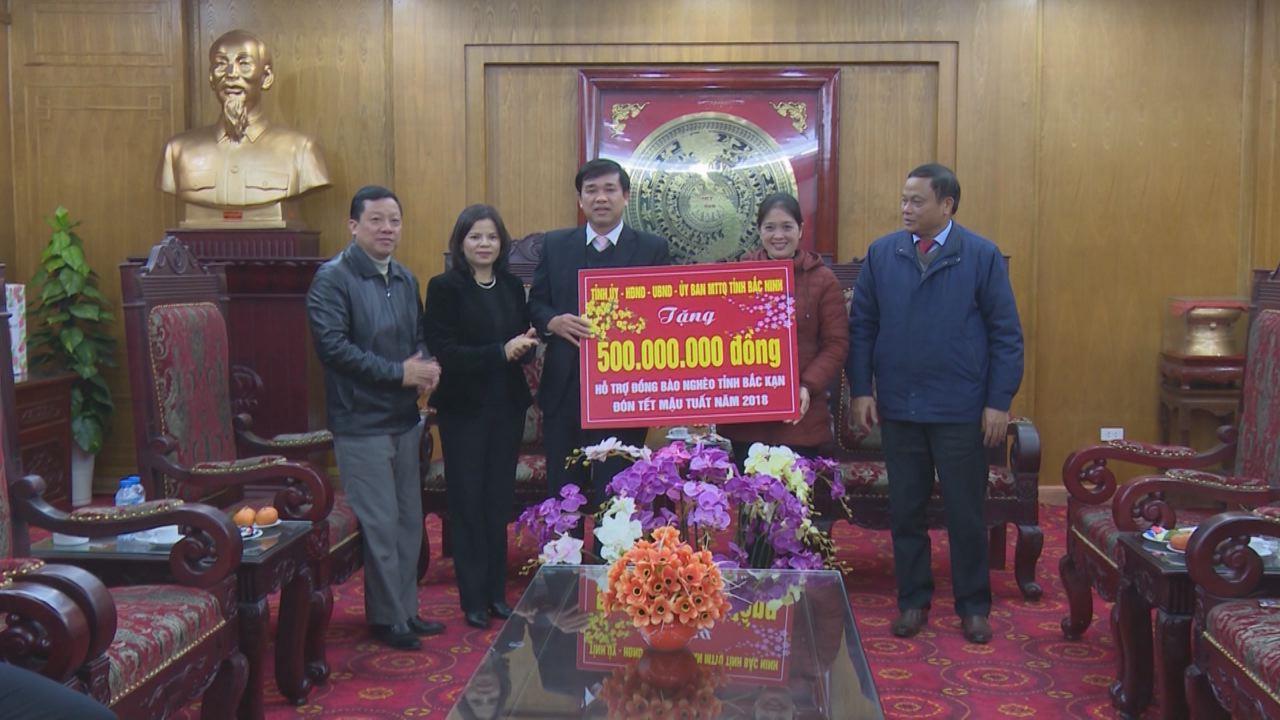 Chủ tịch HĐND tỉnh Nguyễn Hương Giang tặng quà Tết cho hộ nghèo tỉnh Bắc Kạn