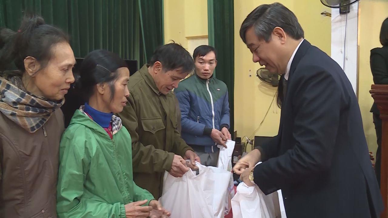 Phó Chủ tịch HĐND tỉnh Nguyễn Hạnh Chung tặng quà người nghèo xã Nội Duệ, huyện Tiên Du