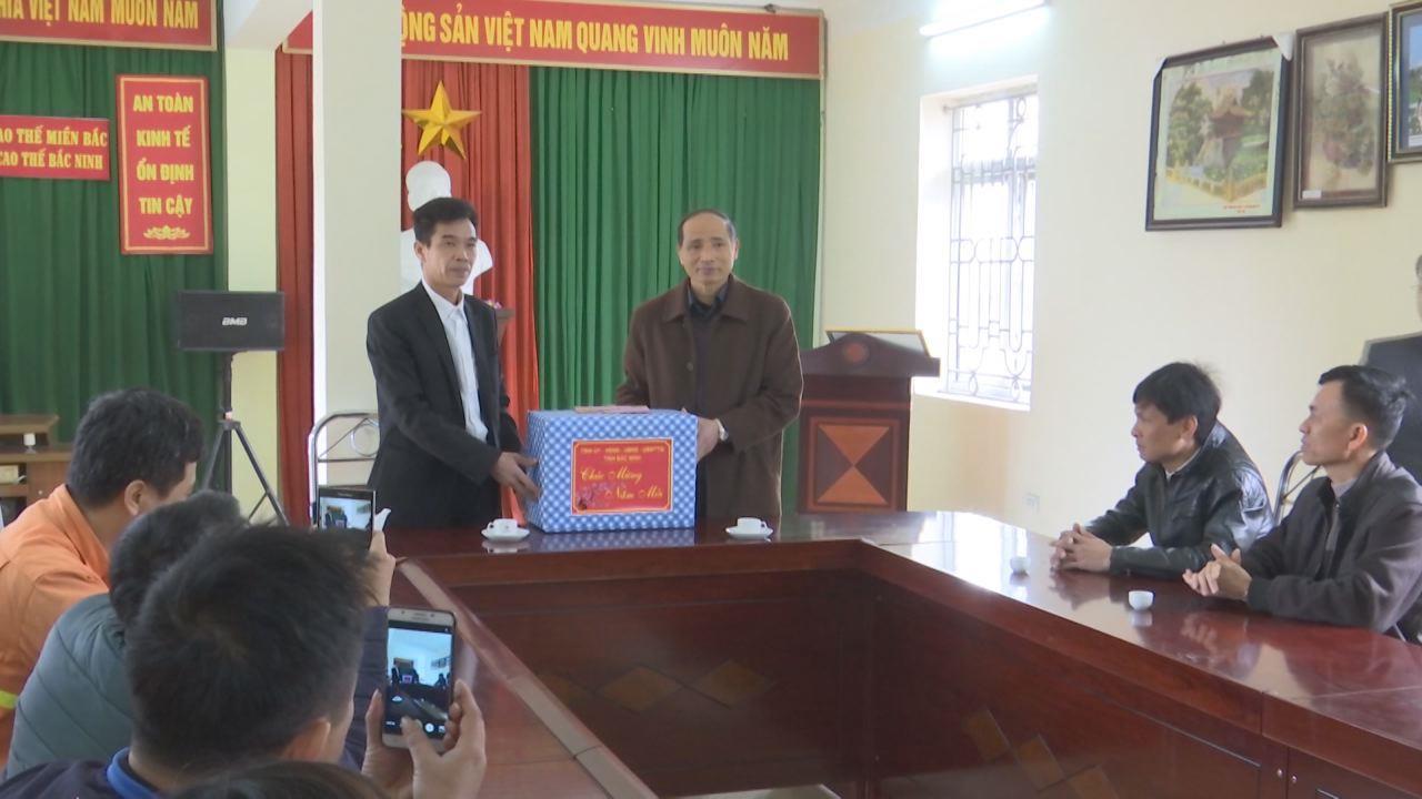 Phó Chủ tịch UBND tỉnh Nguyễn Hữu Thành tặng quà Công ty lưới điện cao thế Bắc Ninh
