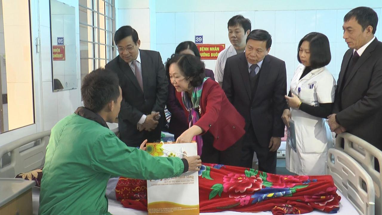 Trưởng Ban Dân vận Trung ương thăm, tặng quà bệnh nhân ung thư