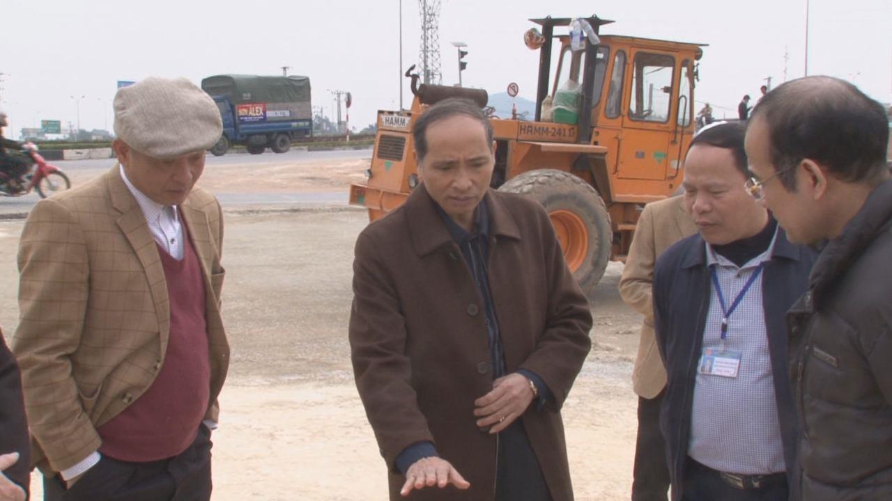 Phó Chủ tịch UBND tỉnh Nguyễn Hữu Thành kiểm tra công tác quản lý thị trường dịp Tết và tiến độ thi công nút giao Quốc lộ 38