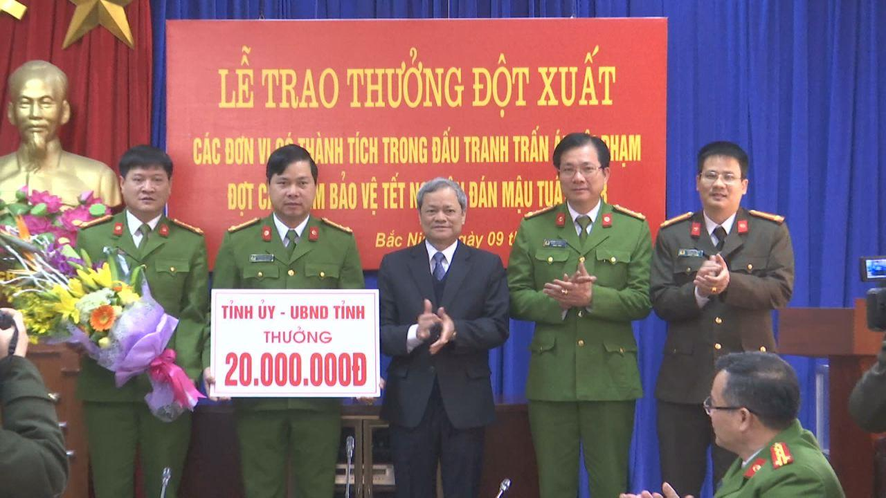 Chủ tịch UBND tỉnh Nguyễn Tử Quỳnh khen thưởng đột xuất Công an tỉnh