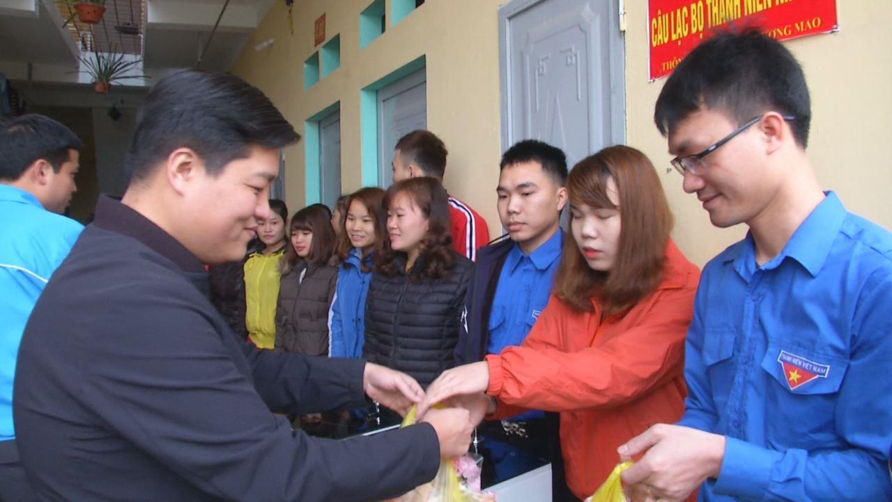 Tỉnh Đoàn tặng quà thanh niên công nhân có hoàn cảnh khó khăn tại Quế Võ