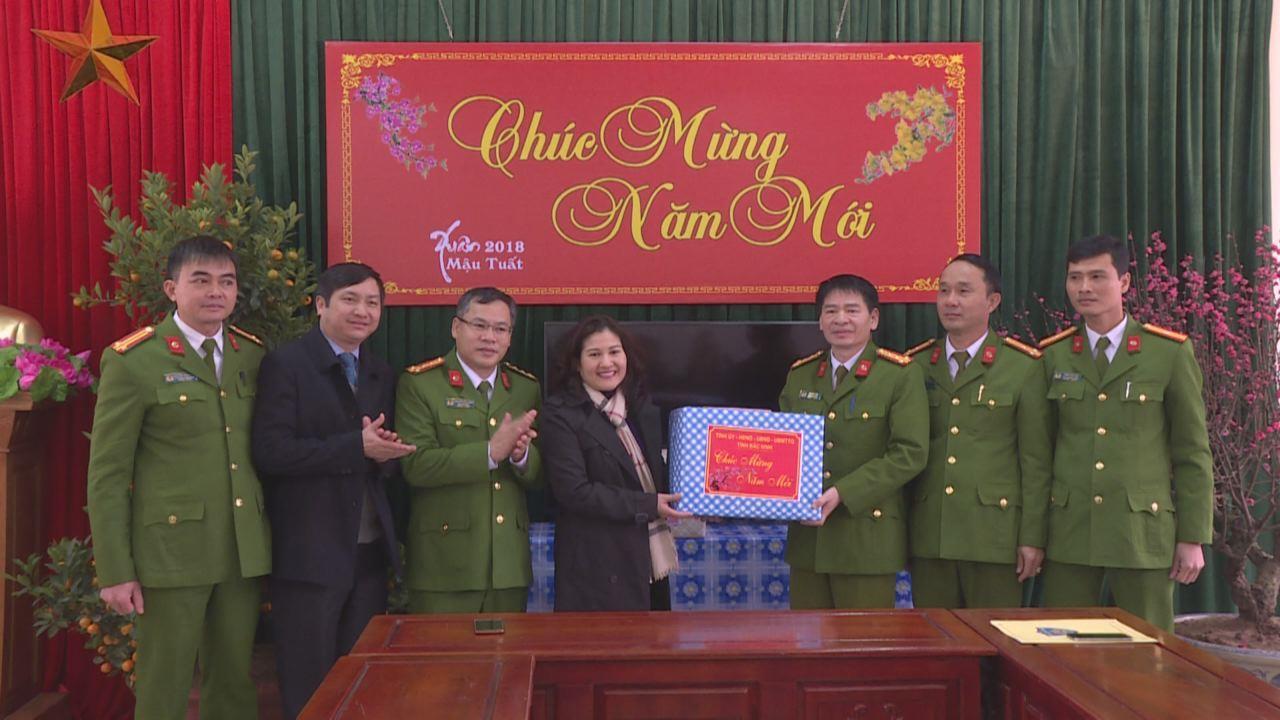Phó Bí thư Tỉnh ủy Nguyễn Thị Hà thăm, chúc Tết Phòng Cảnh sát Cơ động