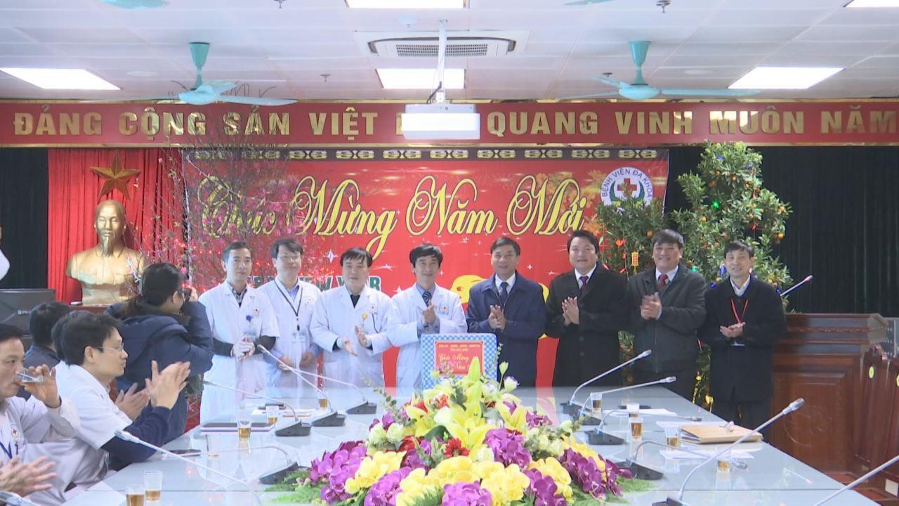 Phó Bí thư Thường trực Tỉnh ủy Nguyễn Hữu Quất  thăm, tặng quà Tết tại Bệnh viện Đa khoa tỉnh