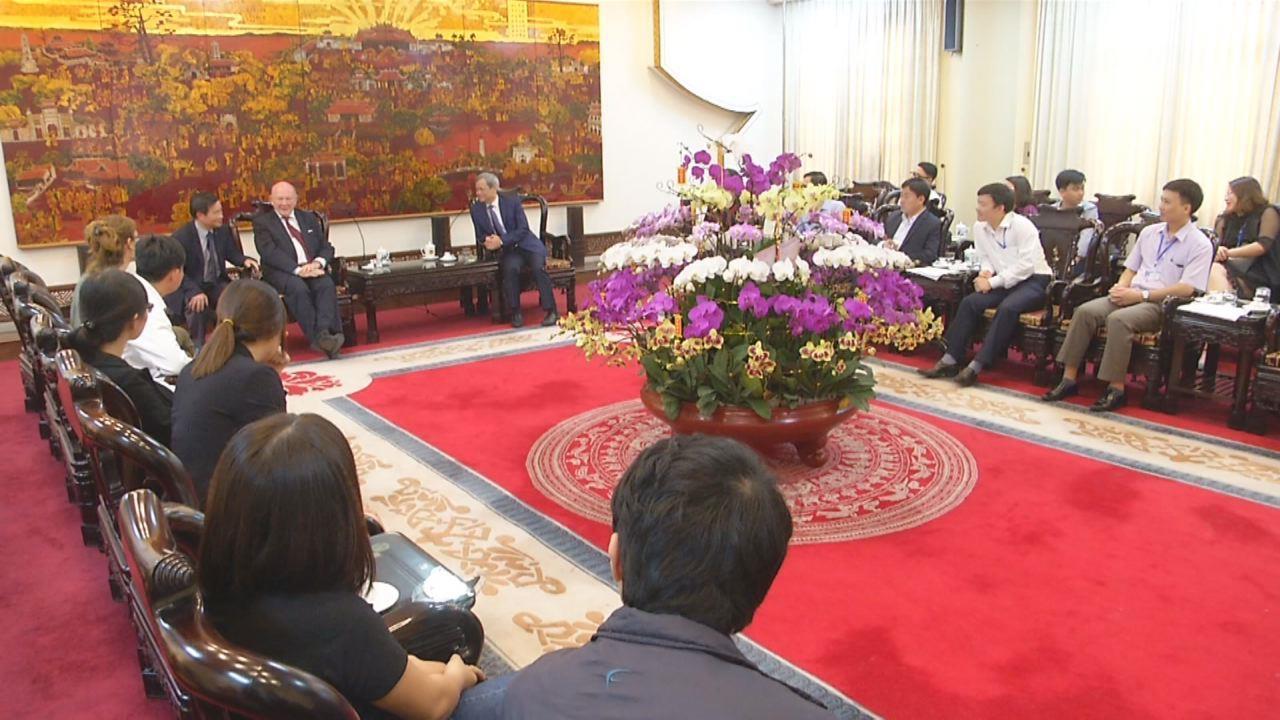 Chủ tịch UBND tỉnh tiếp 2 chuyên gia nước ngoài đến làm việc tại Bắc Ninh