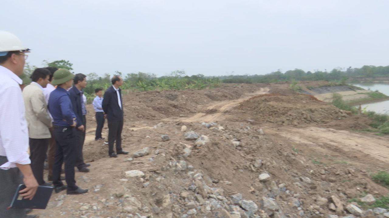 Phó Chủ tịch UBND tỉnh Nguyễn Hữu Thành   kiểm tra sự cố cống lấy nước qua đê Công ty Cổ phần nước sạch Bắc Ninh