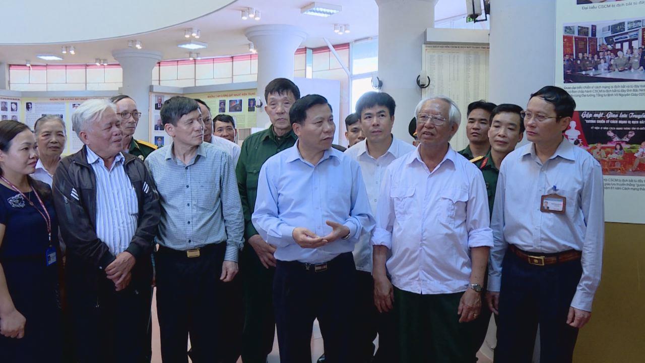 """Bí  thư Tỉnh ủy tham quan trưng bày """"Sáng mãi tấm gương người chiến sĩ  cách mạng tỉnh Bắc Ninh bị địch bắt tù đày"""""""