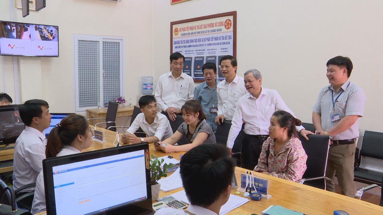 Chủ tịch UBND tỉnh thăm bộ phận tiếp nhận và trả kết quả cấp phường