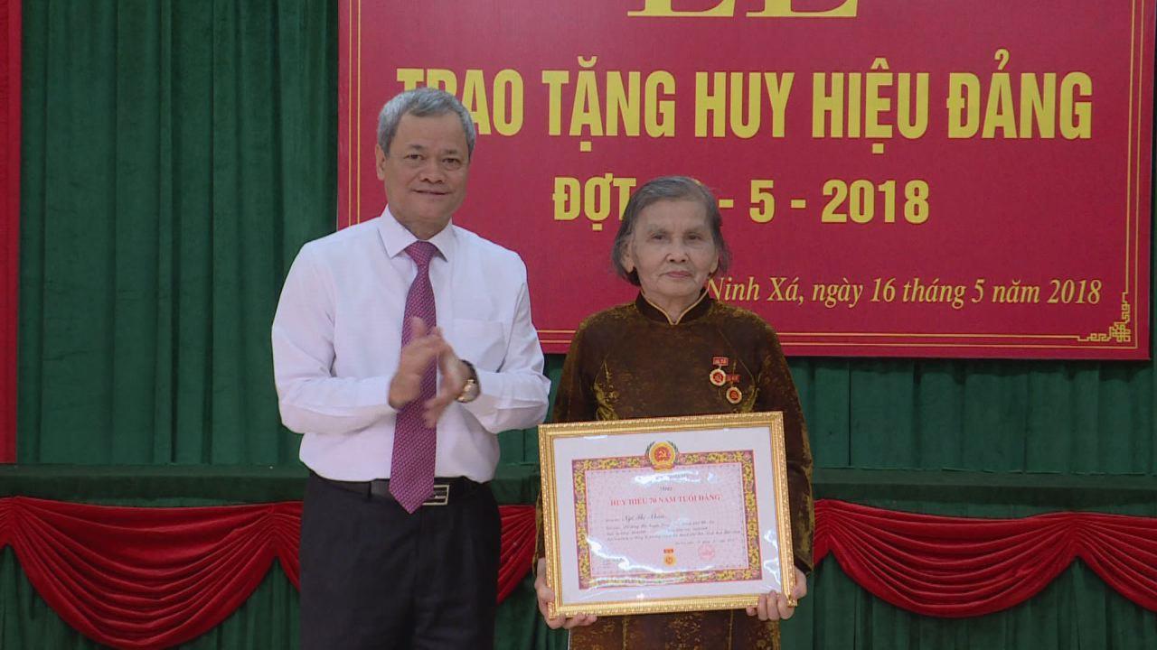 Chủ tịch UBND tỉnh trao Huy hiệu Đảng tại phường Ninh Xá