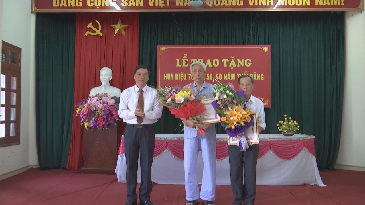 Phó Bí thư Thường trực Tỉnh ủy trao Huy hiệu Đảng tại Từ Sơn