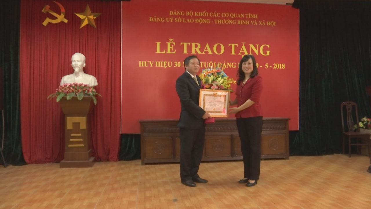 Phó Bí thư Tỉnh ủy Đào Hồng Lan trao Huy hiệu 30 năm tuổi Đảng tại Sở Lao động, Thương binh và Xã hội