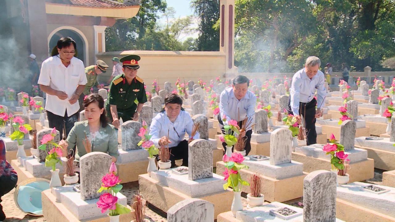 Đoàn cán bộ lãnh đạo tỉnh dâng hương tại Nghĩa trang liệt sĩ Quốc gia  Trường Sơn, Nghĩa trang liệt sĩ Quốc gia Đường 9 và Thành cổ Quảng Trị