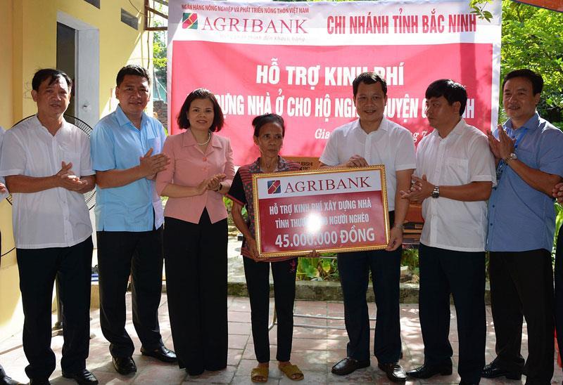 Đảng ủy Khối doanh nghiệp tỉnh trao hỗ trợ kinh phí  xây nhà cho hộ nghèo huyện Gia Bình