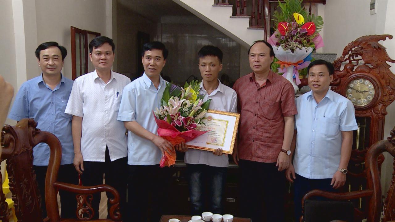 Sở Giáo dục và Đào tạo khen thưởng thủ khoa Vương Xuân Hoàng