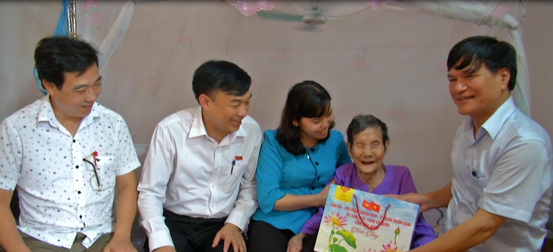 Đồng chí Nguyễn Văn Hùng, Trưởng Ban Tổ chức Tỉnh ủy,  thăm, tặng quà Mẹ VNAH tại Quế Võ
