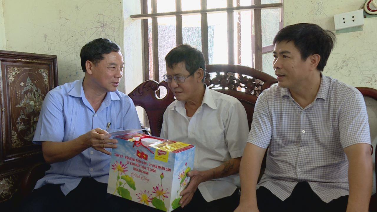 Phó Bí thư Thường trực Tỉnh ủy thăm, tặng quà các đối tượng chính sách tại huyện Lương Tài