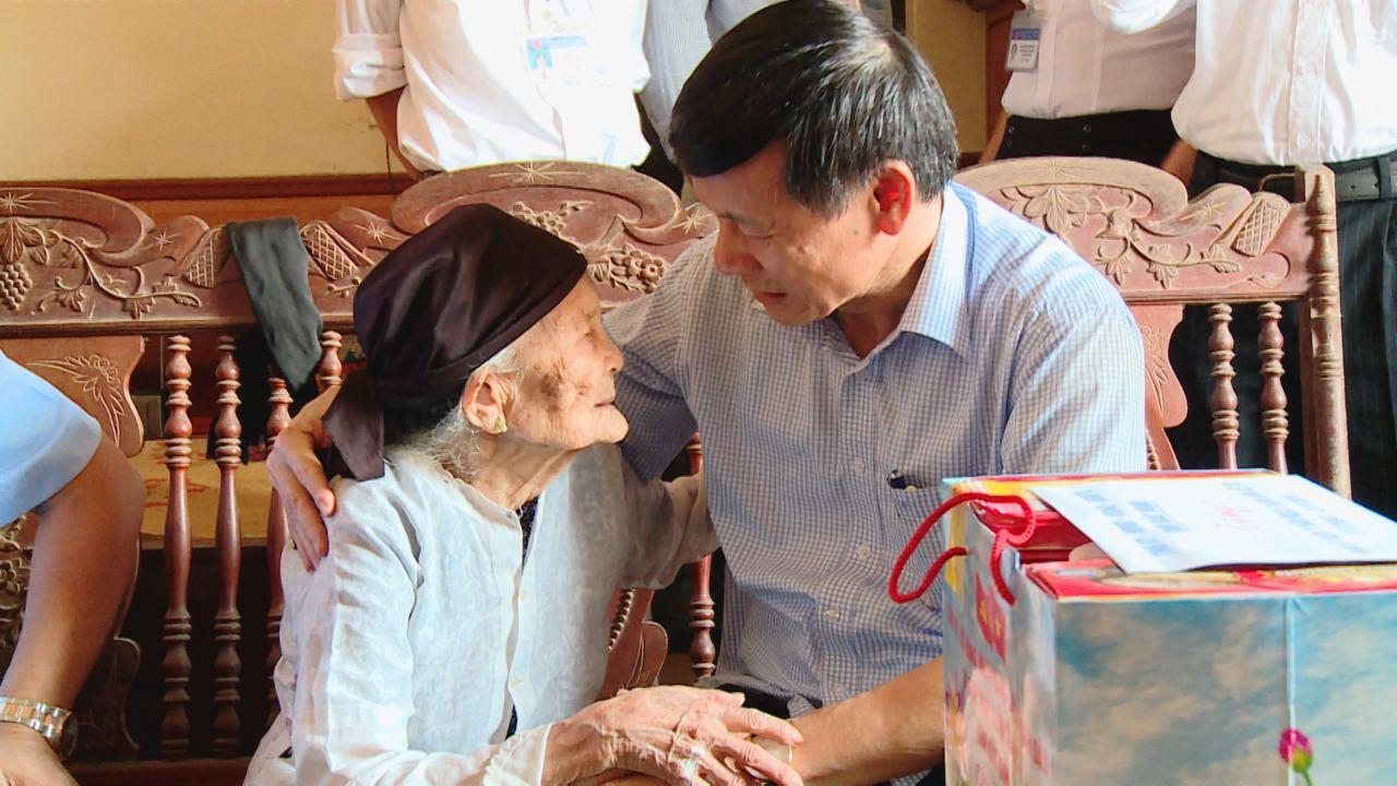 Phó Chủ tịch Thường trực UBND tỉnh Nguyễn Tiến Nhường  tặng quà gia đình chính sách huyện Gia Bình