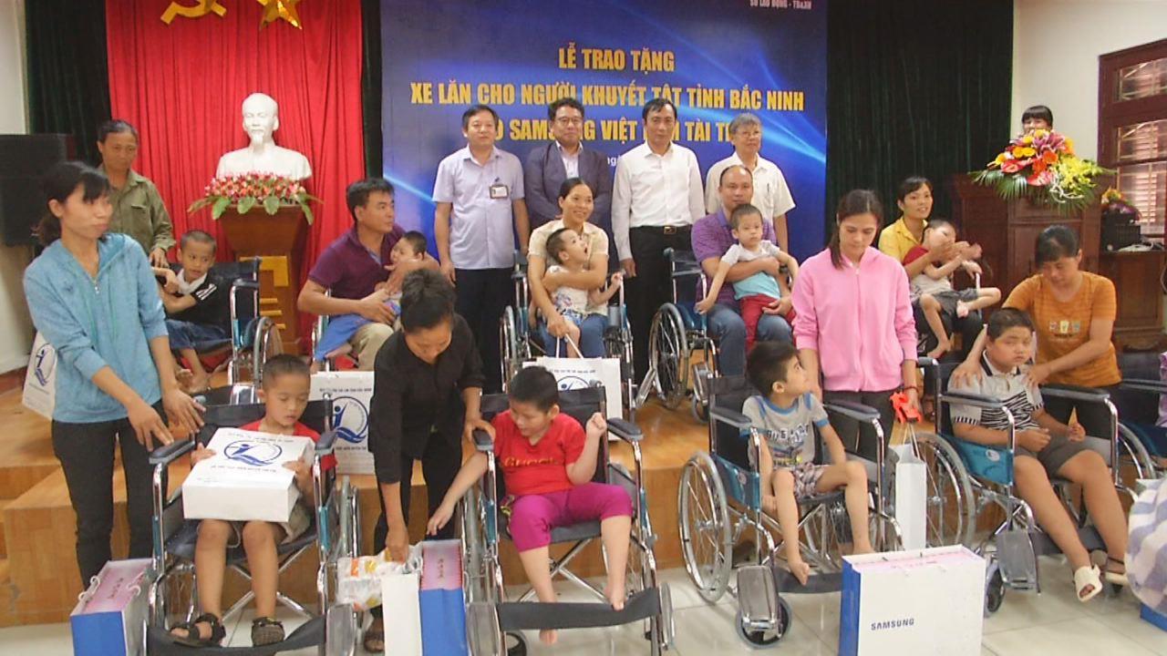 Sở Lao động, Thương binh và Xã hội trao tặng xe lăn cho người khuyết tật