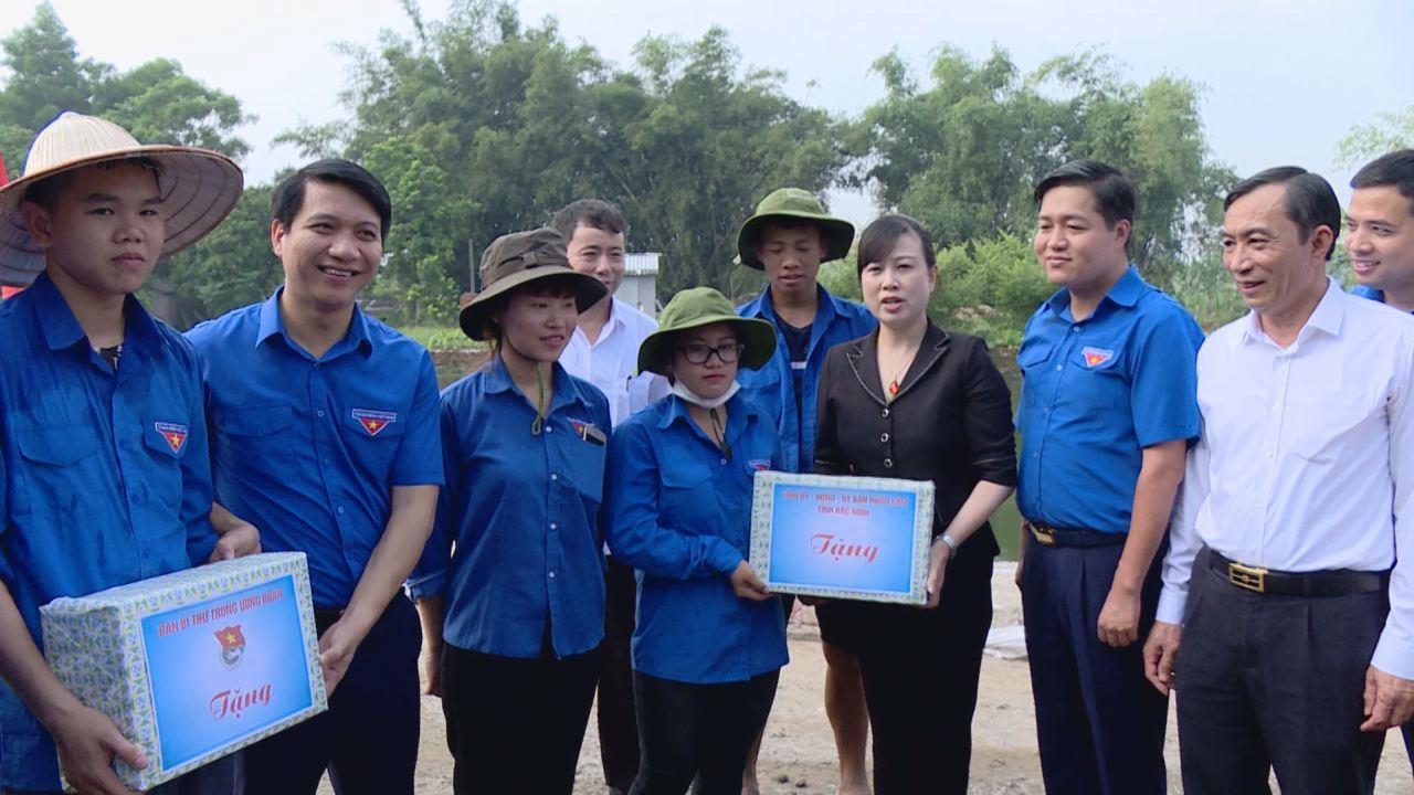 Lãnh đạo tỉnh thăm, động viên thanh niên tình nguyện tại xã Nguyệt Đức, huyện Thuận Thành