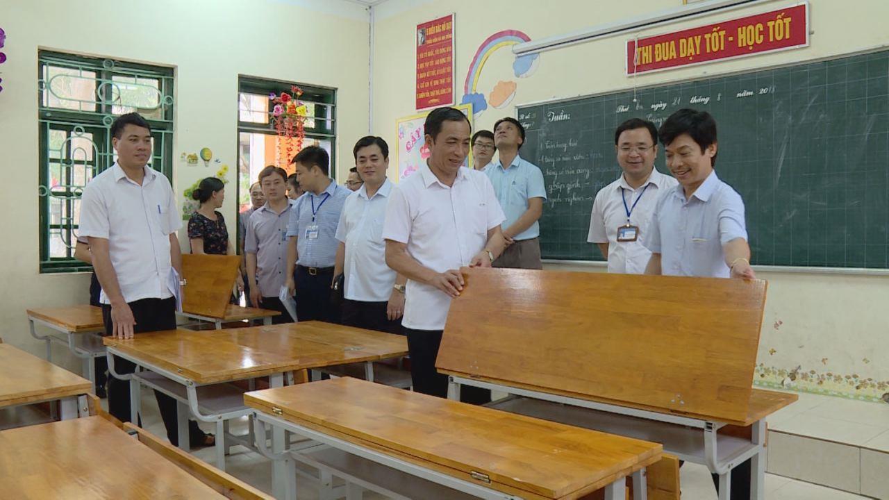 Phó Chủ tịch UBND tỉnh Nguyễn Văn Phong kiểm tra cơ sở vật chất trường học tại huyện Yên Phong