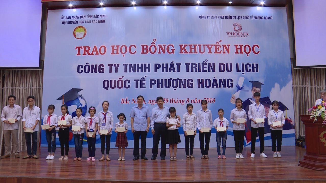Hội khuyến học tỉnh trao học bổng cho học sinh có hoàn cảnh khó khăn