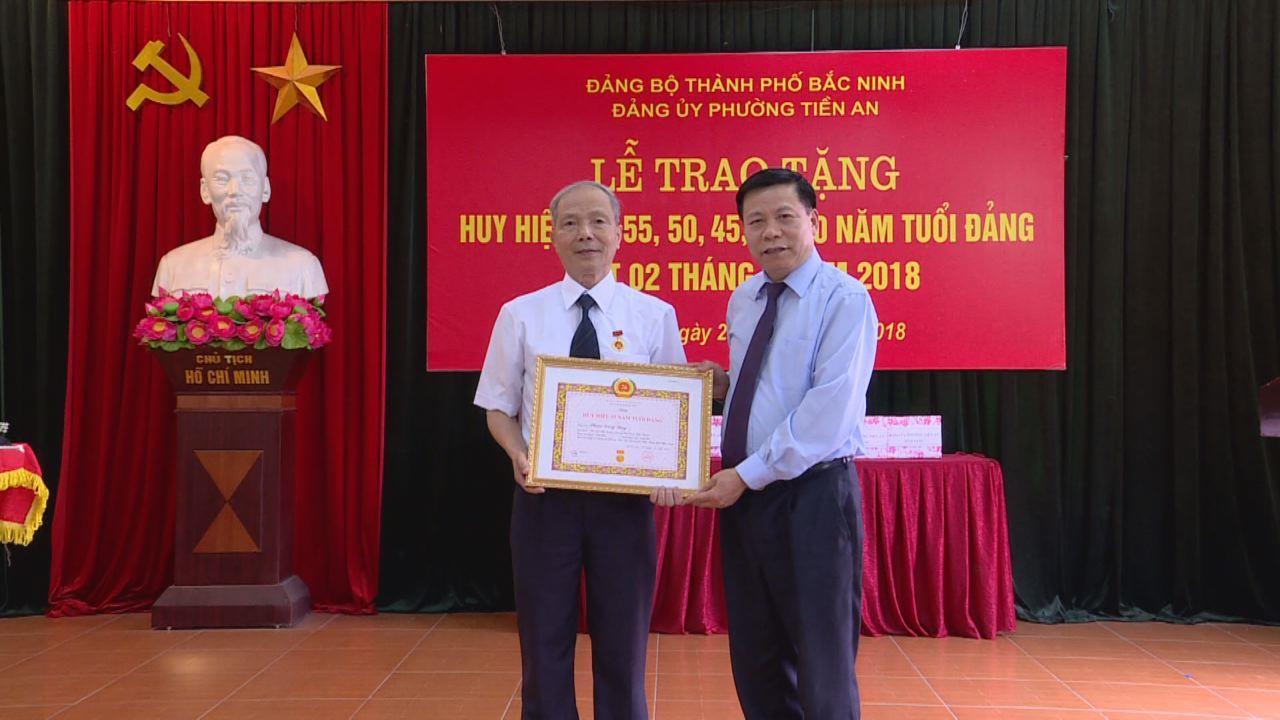 Các đồng chí lãnh đạo tỉnh trao tặng Huy hiệu Đảng tại một số địa phương
