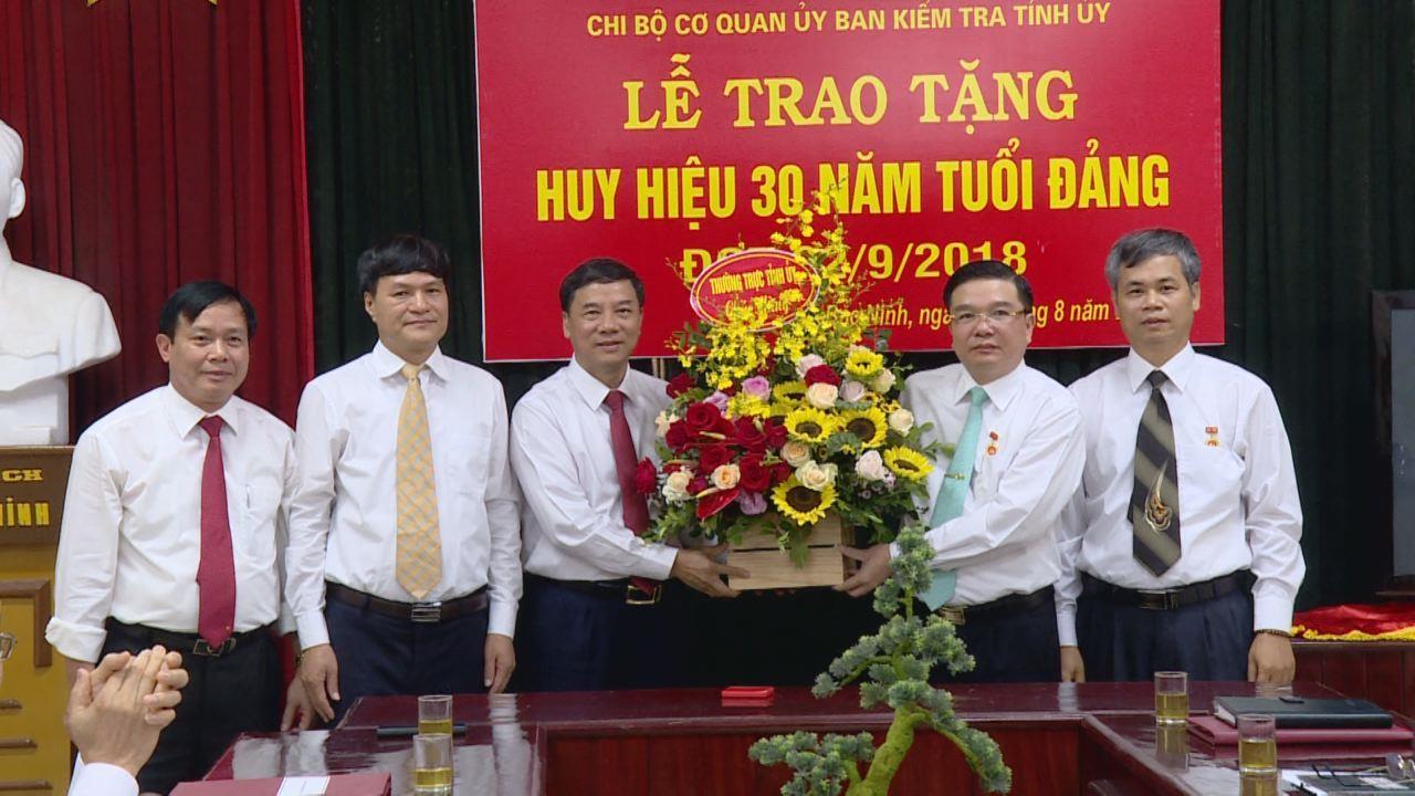 Phó Bí thư Thường trực Tỉnh ủy trao Huy hiệu 30 năm tuổi Đảng