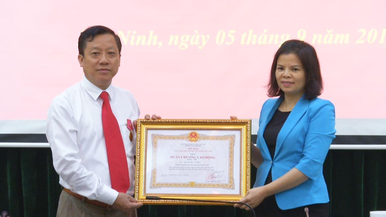 Chủ tịch nước tặng Huân chương Lao động hạng Nhì  cho Chánh Văn phòng HĐND tỉnh Dương Đức Nghĩa