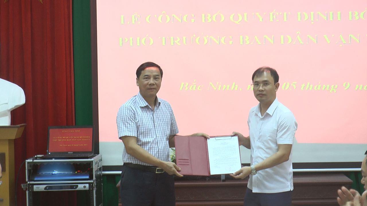 Phó Bí thư Thường trực Tỉnh ủy Nguyễn Hữu Quất trao Quyết định bổ nhiệm Phó trưởng Ban Dân vận Tỉnh ủy