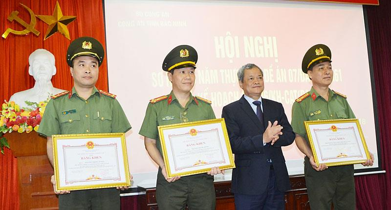 Chủ tịch UBND tỉnh khen thưởng tập thể, cá nhân  trong đấu tranh phòng chống tội phạm