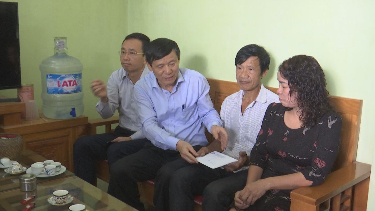 Phó Chủ tịch Thường trực UBND tỉnh Nguyễn Tiến Nhường thăm, động viên các gia đình có nạn nhân tử vong vì tai nạn giao thông