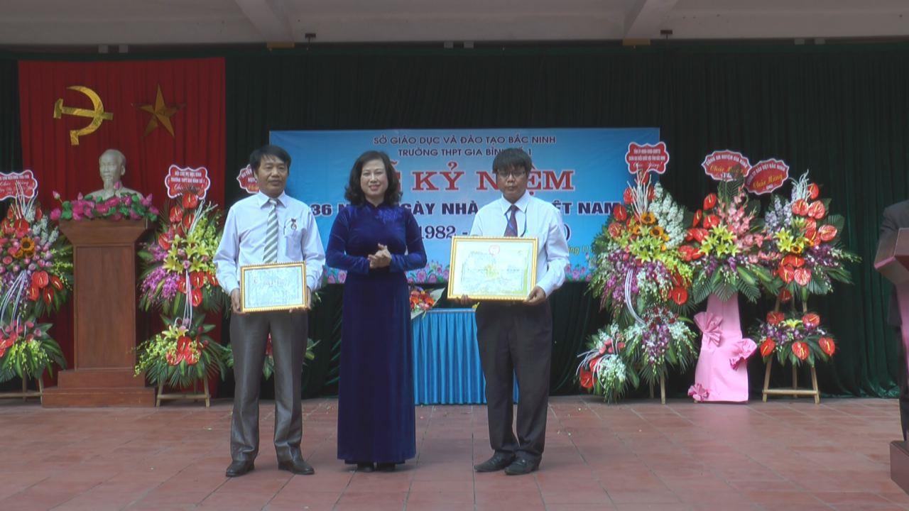 Phó Bí thư Tỉnh ủy Đào Hồng Lan chúc mừng  ngày Nhà giáo Việt Nam tại Trường THPT Gia Bình số 1