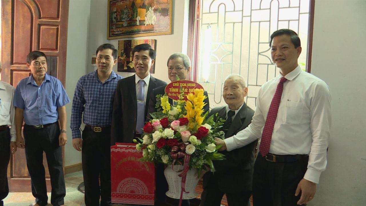 Chủ tịch UBND tỉnh thăm, tặng quà các nhà giáo nhân ngày 20/11