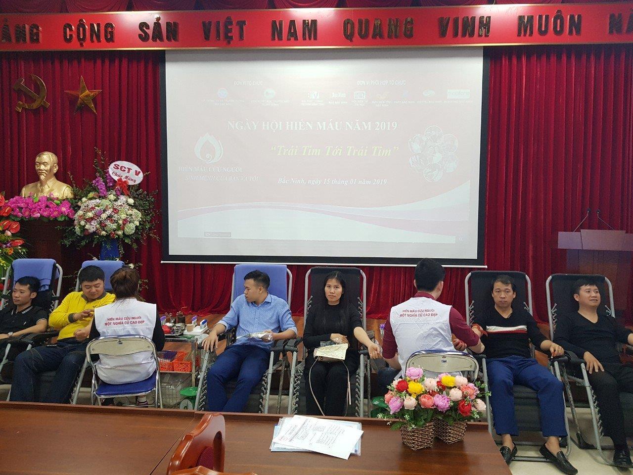 """Hơn 120 Đoàn viên thanh niên tham gia  ngày hội hiến máu """" Trái tim đến trái tim"""""""